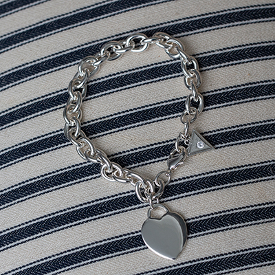 GUESS<sup>®</sup> Classic Heart Charm Bracelet - This polished silver-tone finished bracelet is 8 inches in length and features the Guess<sup>®</sup>